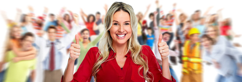Frau mit roter Bluse und Daumen hoch, im Hintergrund viele Menschen